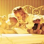 Сказки девочка читает